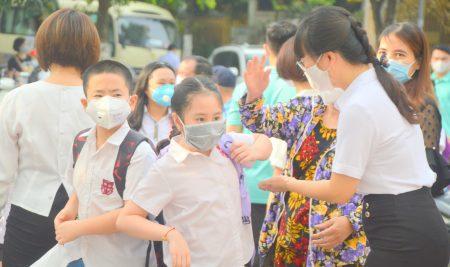 Học sinh Tiểu học tung tăng tới trường sau thời gian tạm nghỉ để phòng dịch bệnh