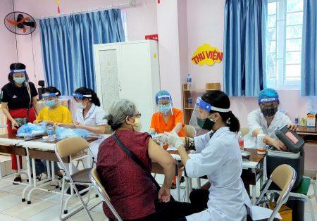 Trường Pascal chung tay hỗ trợ công tác tiêm chủng của phường Cổ Nhuế 1